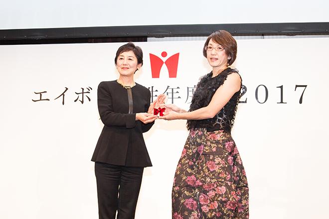 (左から)選考委員を務めたキャスターの国谷裕子さんと芸術賞を受賞した荻上直子監督