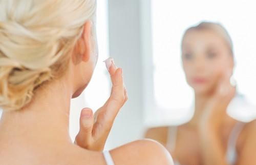 8割の女性「毎月肌の不調を感じる」 岡本静香さんが教える「心地よいアイテム」の選び方は?