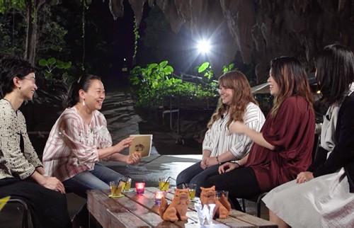 沖縄のシングルマザー3人に、MCのいとうあさこさんと共にインタビューする「ウートピ」鈴木円香編集長(左)