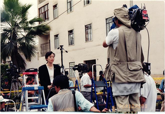 1996年の「ペルー日本大使公邸人質事件」での生中継レポート(ペルー大使公邸前で)