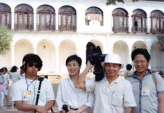 アナウンサー時代のフィリピン取材の様子。(マラカニアン宮殿前でカメラクルーと)