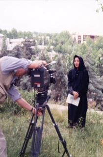 イランのテヘランでは、ヘジャブを被ったままレポートすることに(中山外相同行取材)