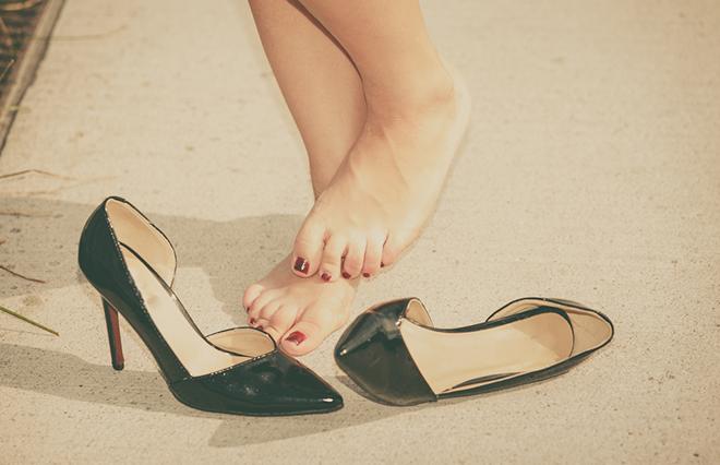 「足のチクチク刺激ケア」で歩き疲れを改善!【鍼灸師が教える】