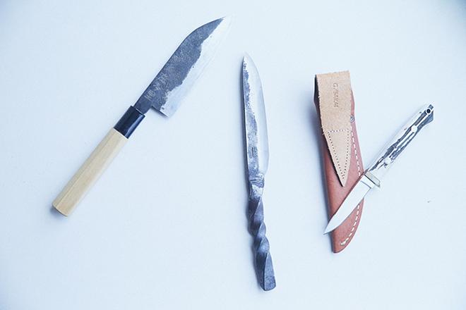 小栗さんが作った包丁(左)とトニーさんが作ったチーズナイフ(中央)