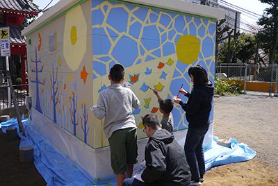 小学校児童との壁画ワークショップの様子