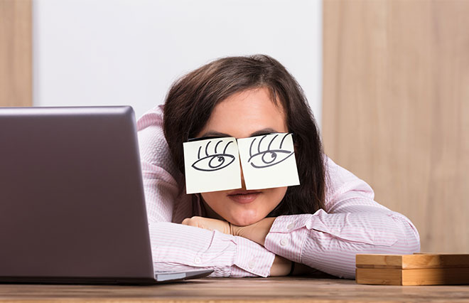 働く女性に聞いた「すっぴん瞳」の自己評価は48点! 特に悩みが気になる時間は…