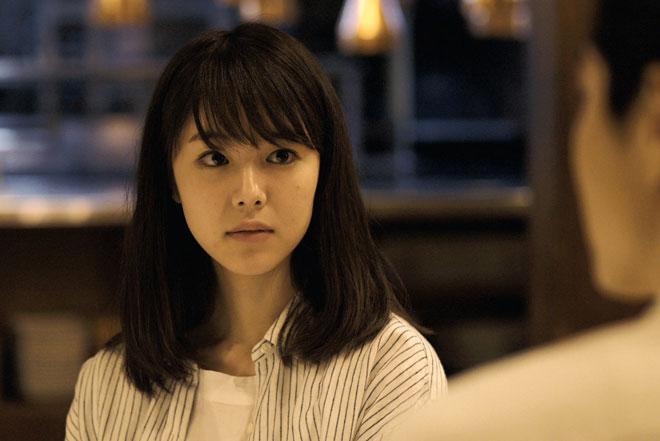 唐田えりかさんが演じる朝子/©2018 映画「寝ても覚めても」製作委員会/ COMME DES CINÉMAS