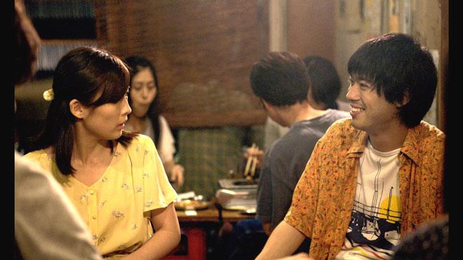 伊藤沙莉さん演じる春代(左)と渡辺大知さん演じる岡崎(右)/©2018 映画「寝ても覚めても」製作委員会/ COMME DES CINÉMAS