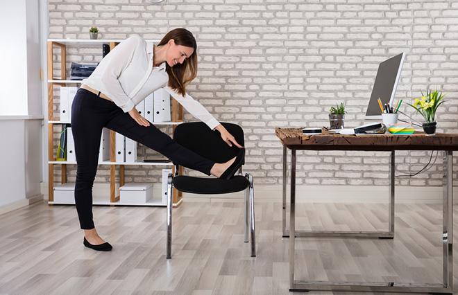 骨盤の傾き、腰痛を改善する「ツボ押しヨガ」3つ【鍼灸師が教える】