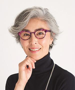 『グレイヘアの美しい人』より。グレイヘアにぴったりのメガネの選び方を紹介している。