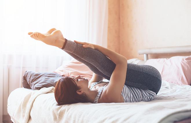 運動する時間がないあなたへ 寝たままできる足のヨガトレ【理学療法士が教える】