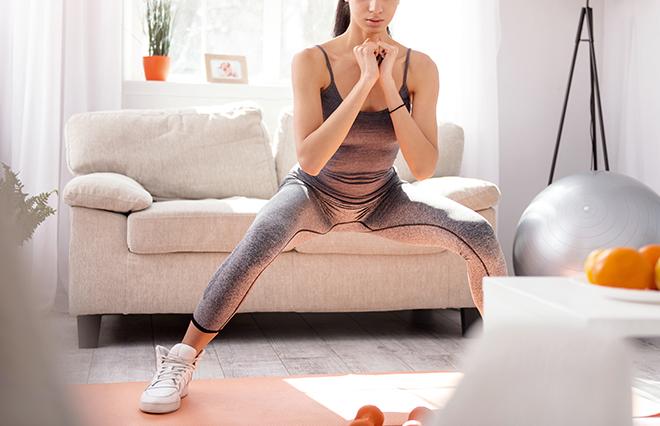 すき間時間に運動不足のケア! オフィスで「スクワットアレンジ」3つ【理学療法士が教える】