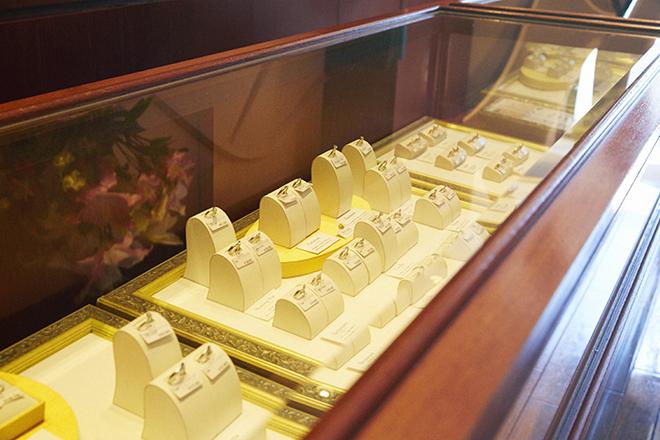 ケイウノ新宿東口店のブライダルジュエリーのショーケース。既製品にアレンジを加えることもできるほか、フルオーダーメイドの場合はデザインの参考にしたり、つけ心地を確認することもできる。