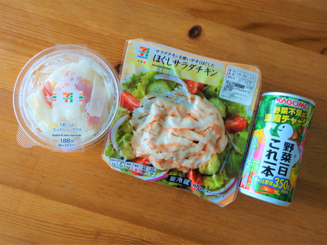 白央さんが買い足したのは、サラダチキンと野菜ジュース