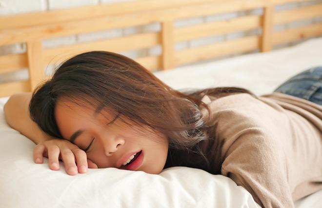 口臭、むし歯、風邪、二重あごの原因に…口呼吸のセルフチェックと予防法【歯科医が教える】