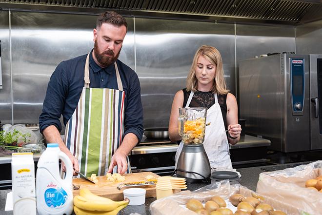 エイミー「スムージーは冷凍バナナを使うととろみが出る。ショウガやターメリックなど免疫機能を強化する食材が入っているのでこれからの季節(NZはこれから冬)にオススメです」