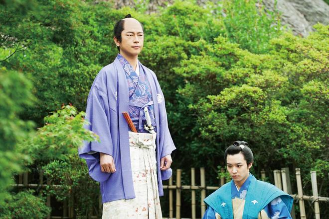 及川さんが演じた松平直矩(左)