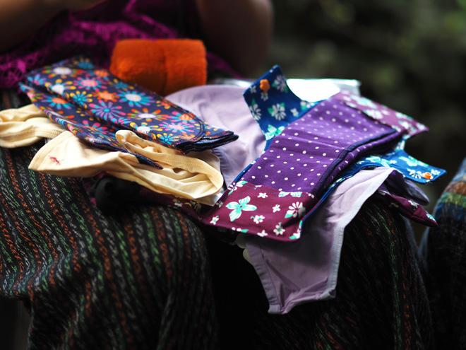 活動の中で少女たちに配られた生理用のキット。