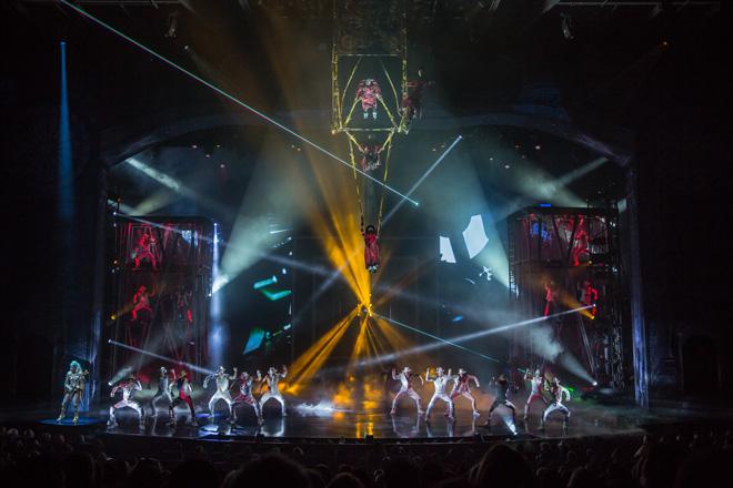 ステージ上だけでなく、柱や天井にもパフォーマーが!/Courtesy of Cirque du Soleil