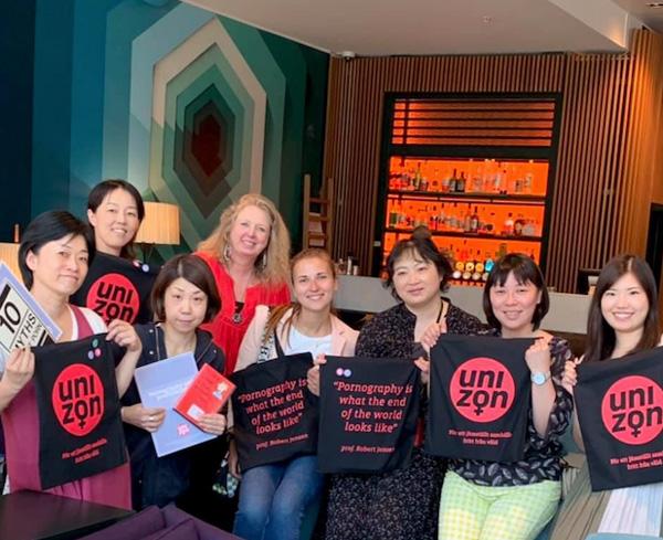 ナターリアさん(白いシャツ)、ツアーコーディネーター通訳のウルリカさん(左から4番目)と参加者のみなさん