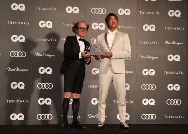 鈴木さん(左)と五十嵐カノアさん