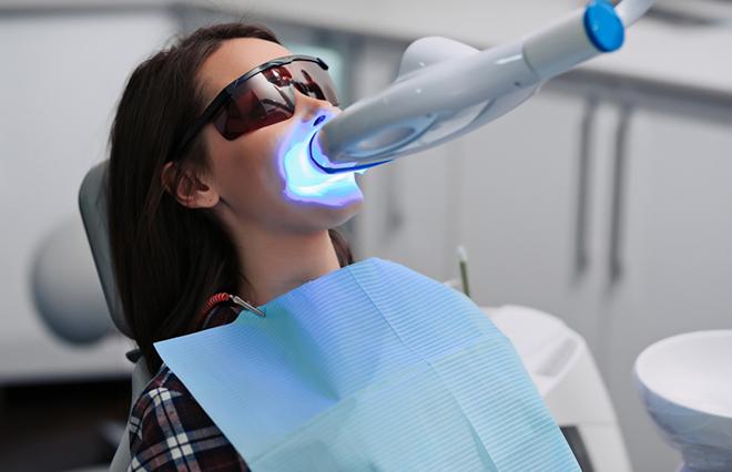 専用の薬剤で歯を白く…歯科医院で受けるホワイトニング法【歯科医が教える】