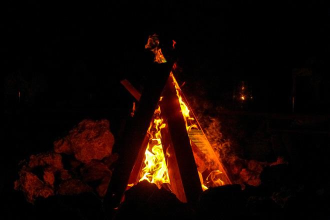 暗くなるとキャンプファイヤーが点灯!