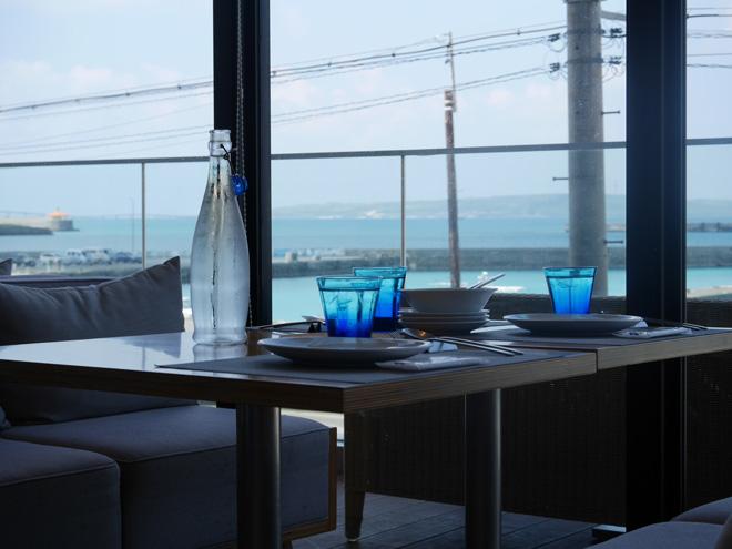 大きなガラス窓のすぐそばにも海