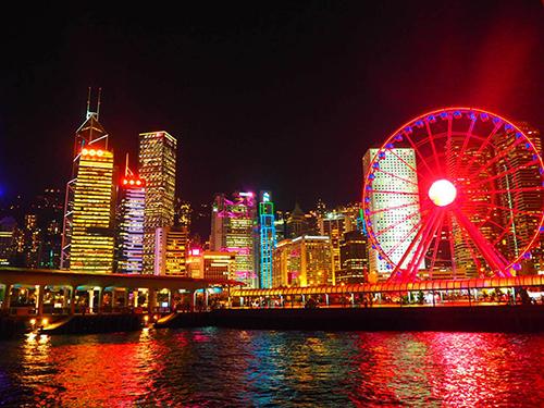 香港の夜景はいつもド派手で資本主義の匂いがする。好きだ…
