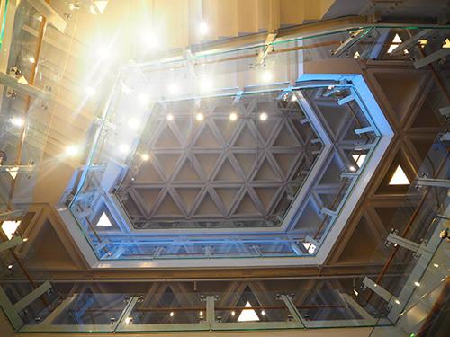香港芸術センターで見かけた六角形の階段