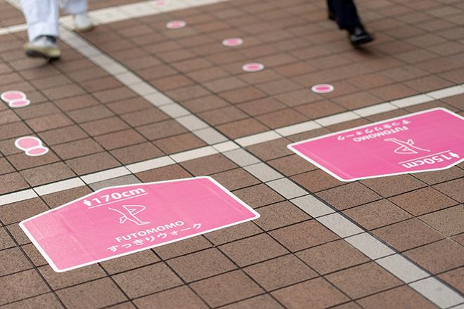西新宿のスポットに設置されたフットマーク