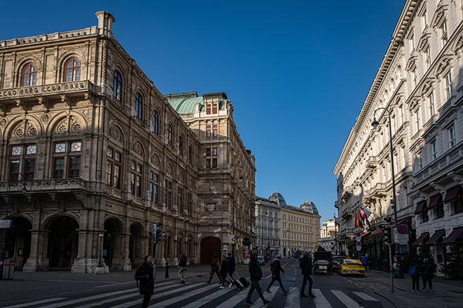 国立歌劇場は通りを挟んだ横にホテルザッハー。ショッピングをしてからカフェ、チケットを買うことのできる便利な立地