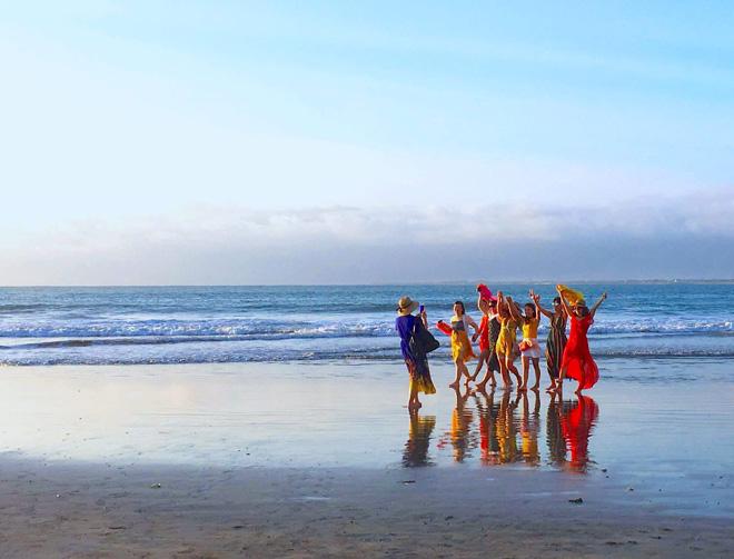 「彼女たちの勝利」と勝手に名付けた、バリ島の浜辺を歩く女性たちの写真/本人提供