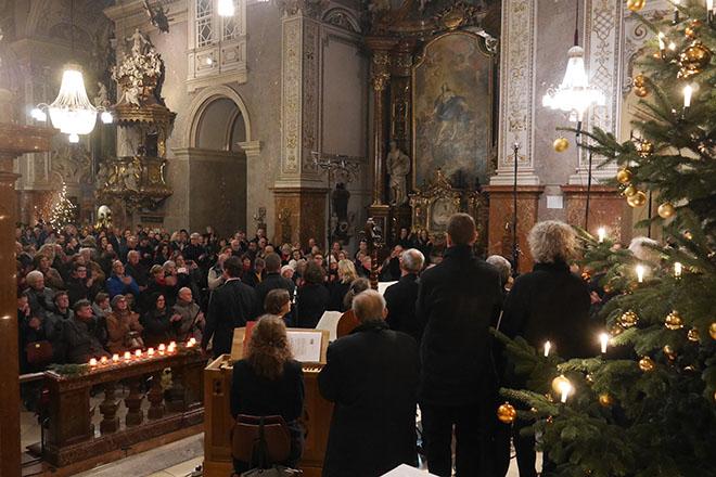 町の教会でオーケストラを楽しむ人々。演奏者との距離が近く、響きもよいのが見どころ