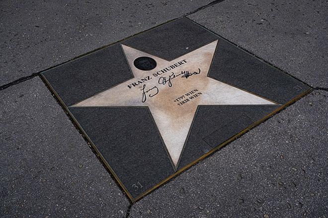 旧市街のオペラ座近くに点在する星形のタイルには作曲家や指揮者のサインが。これはシューベルトのもの