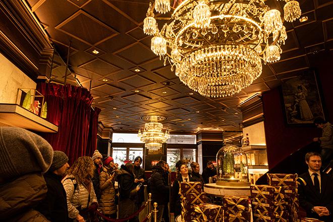 ホテルザッハーに併設されているカフェザッハー。ザッハトルテの発祥として観光客に大人気。30分程度は並ぶことを覚悟して