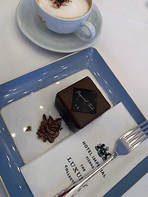 インペリアルホテルのザッハトルテ。甘さ控えめ、小さめサイズで日本人女性には嬉しい。サービスもよく居心地がよいカフェ