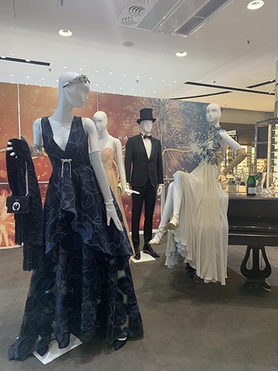 ショーウィンドウに飾られたドレス。フルレングスからミディアムまで形も様々。価格も幅広くそろう