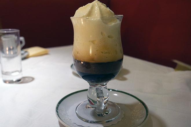 ウィンナーコーヒー。ガラスの器に入っているが温かいコーヒー。生クリームが多く見えるが甘さは控えめ