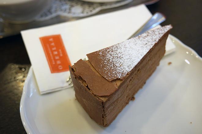 人気のカフェオーバーラー。食事も楽しめる。市内にいくつか店舗もありどこも賑わっている。ケーキの種類も豊富