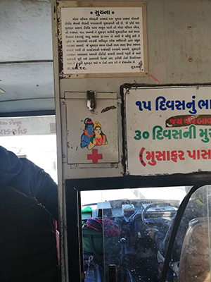 バスのなかにもシヴァとパールヴァティ。