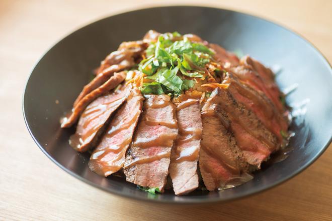 特製ソースで味つけされた上質な国産牛ステーキ丼は一度食べたら忘れられないおいしさ。