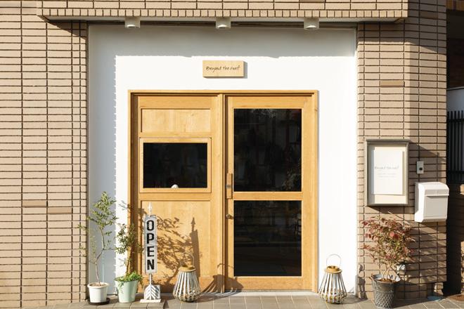 横浜市日吉のアトリエ兼ショップには、人の行き来が絶えず活気がある。