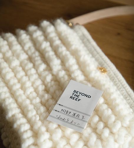 編み手、縫い手の名前が書かれたカードがすべての商品につく。よりいっそう愛着がわく。