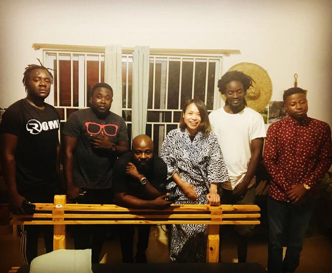 怖いイメージをすぐに払拭してくれた とても優しいガーナのホストと友人たち(右から3人目が堂原さん)/本人提供