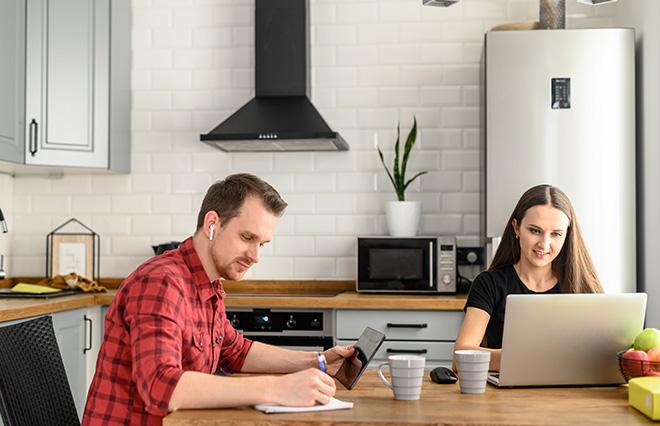 「配偶者が家にいてどう感じる?」在宅勤務経験者に聞いた結果は…