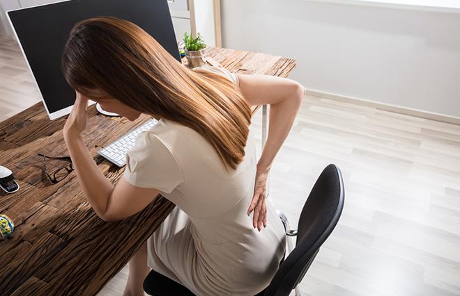 ベランダでオンライン会議、腰痛がひどい…在宅勤務で困ったこと