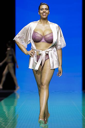 「パリ国際ランジェリー展」のショーには、プラスサイズや年配のモデルも登場