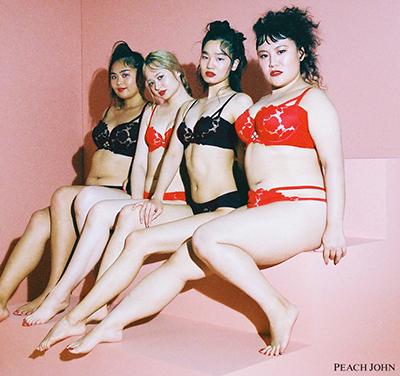2月5日に発売された、バービーさんとのコラボレーションコレクション。バービーさんとリアルサイズモデル3人がモデルを務めました。