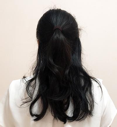 上半分の髪をとってヘアゴムで1つに束ねてハーフアップに。